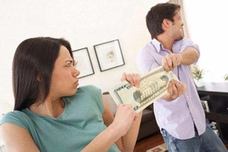 Vợ hay chồng nên giữ tiền